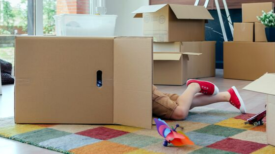 Child playing with moving box - Moving with Kids